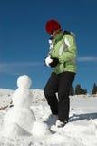 À un bonhomme de neige de construction Images libres de droits