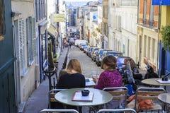 À un café de rue dans Montmartre Photographie stock