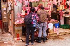 À une boucherie dans Kowloon, Hong Kong Image stock