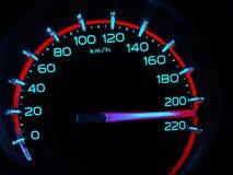 à une vitesse de 210 kilomètres par heure de haut camion de poussoirs sur le tableau de bord de voiture Le concept conduisant rap photo libre de droits