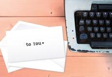 À vous, le texte de lettre d'amour enveloppent dessus des lettres Image libre de droits