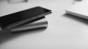À-vue de banque et de téléphone de batterie Foyer en gros plan et peu profond Image stock