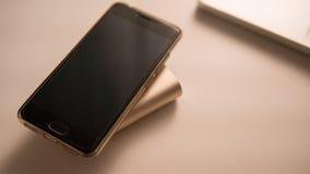 À-vue de banque et de téléphone de batterie Foyer en gros plan et peu profond Photo stock
