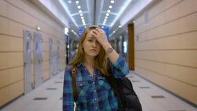 Às aventuras novas Uma moça que viaja apenas, é vestida confortavelmente, atrás de uma trouxa video estoque
