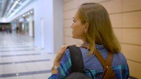 Às aventuras novas Uma moça que viaja apenas, é vestida confortavelmente, atrás de uma trouxa filme