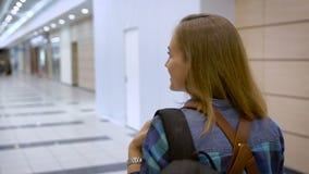 Às aventuras novas Uma moça que viaja com amigos, é vestida confortavelmente, atrás de uma trouxa video estoque
