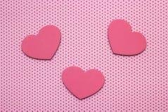 Às bolinhas cor-de-rosa fundo e corações da madeira imagens de stock royalty free