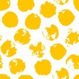 Às bolinhas desarrumado amarelo do Grunge Teste padrão sem emenda pontilhado sujo Foto de Stock