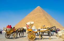 Às pirâmides com conforto Fotos de Stock