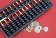 Ábaco chino con las monedas chinas antiguas Foto de archivo libre de regalías