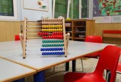 Ábaco de madera en la sala de clase para aprender el sistema de numeración decimal imagen de archivo libre de regalías