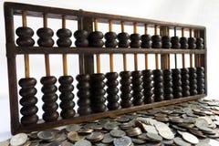 Ábaco e moeda fotos de stock
