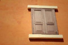 Ábrase de ventana vieja en fondo marrón fotografía de archivo