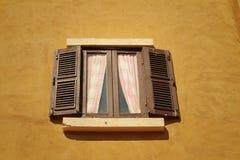 Ábrase de ventana vieja en fondo marrón fotos de archivo