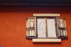 Ábrase de ventana vieja en fondo marrón fotografía de archivo libre de regalías