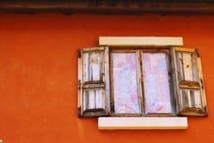 Ábrase de ventana vieja en fondo marrón fotos de archivo libres de regalías