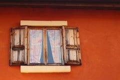 Ábrase de ventana vieja en fondo marrón imagen de archivo libre de regalías