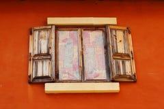 Ábrase de ventana vieja en fondo marrón imagenes de archivo