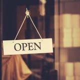 Ábrase firman adentro la ventana de la pequeña empresa Foto de archivo libre de regalías