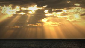 Ábside del timel del océano de la puesta del sol con rayos solares hermosos metrajes