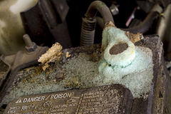 Ácido e corrosão em uma bateria de carro imagens de stock