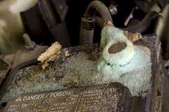 Ácido y corrosión en una batería de coche Imagenes de archivo