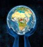 África central na terra do planeta nas mãos Foto de Stock Royalty Free