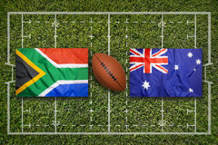 África do Sul contra Bandeiras de Austrália no campo do rugby imagens de stock royalty free