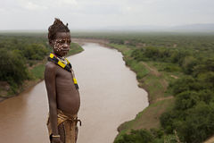 África, Etiópia, homem não identificado do vale 25 12 criança 2009 não identificada do tribo de Karo Fotos de Stock Royalty Free