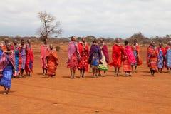 ÁFRICA, KENIA, MASAI MARA - 2 DE JULIO: Hembras del Masai que bailan el tradit Imagen de archivo libre de regalías