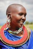 África, Tanzania - febrero de 2016: Mujer del Masai de la tribu en un pueblo en vestido tradicional Foto de archivo