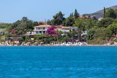 ÁGIOS SOSTIS GRÉCIA 3 DE JULHO DE 2017 Paisagem do recurso do mar com o hotel perto do mar azul em Zakynthos, Grécia Fotografia de Stock