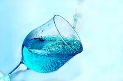 A água é derramada no vidro foto de stock royalty free