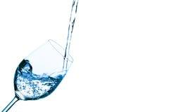 A água é enchida em um vidro da água Imagens de Stock