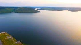 Água AÉREA, rochosa no por do sol dourado, paisagem video estoque