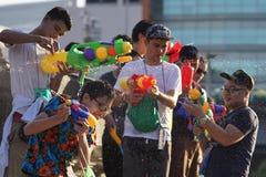 Água adolescente do jogo durante Songkran imagem de stock