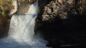 A água apressa-se sobre St Mary Falls filme