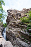 Água através das rochas Imagem de Stock