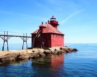 Água azul brilhante bonita do farol histórico de Wisconsin da baía do sturgion e água calma calma do céu com reflexão na água imagem de stock