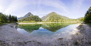 Água azul claro, lago e montanhas Panorama da paisagem selvagem, ambiente natural Julian Alps, parque nacional de Triglav Imagem de Stock Royalty Free