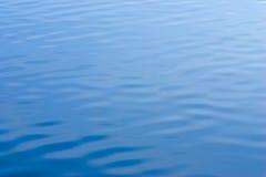Água azul com textura das ondinhas Fotografia de Stock Royalty Free