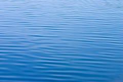 Água azul com textura pequena das ondas Imagens de Stock