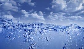 Água azul contra o céu azul Imagem de Stock