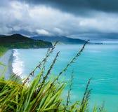 A água azul da costa oeste de Nova Zelândia imagens de stock