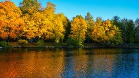 A água azul da lagoa parece escura e fria fotografia de stock royalty free