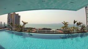 Água azul de refrescamento bonita da piscina no hotel tropical luxuoso Palmas do dia ensolarado Câmera da ação filme