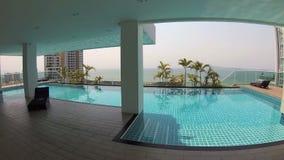 Água azul de refrescamento bonita da piscina no hotel tropical luxuoso Palmas do dia ensolarado Câmera da ação video estoque