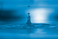 A água azul deixa cair o macro Imagem de Stock Royalty Free
