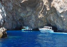 Barcos que cruzam perto da ilha de Capri, Italia fotos de stock royalty free