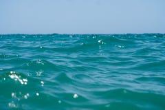 Água azul do oceano do espaço livre de Marín com ondas e céu com nuvens disparado da água Fotografia de Stock Royalty Free